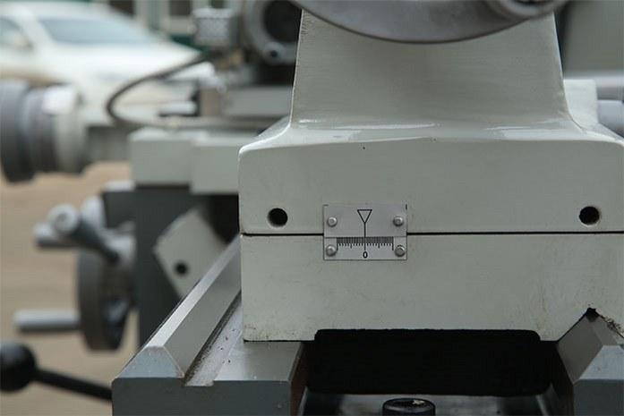 На токарном станке MLM 36100 (360x1000) задняя бабка может регулироваться в поперечном диапазоне +/- 10 мм