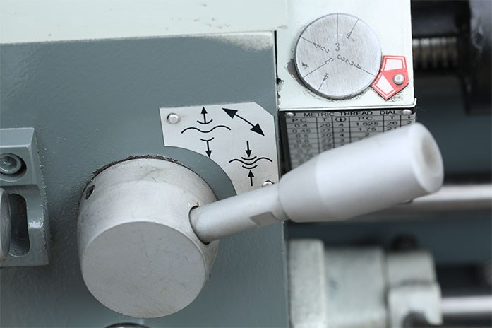 На токарном станке MLM 36100 (360x1000) продольная автоподача позволяет выполнять точение в диапазоне скоростей от 0,043 до 0,653 мм/об., а поперечная - от 0,027 до 0,413 мм/об.