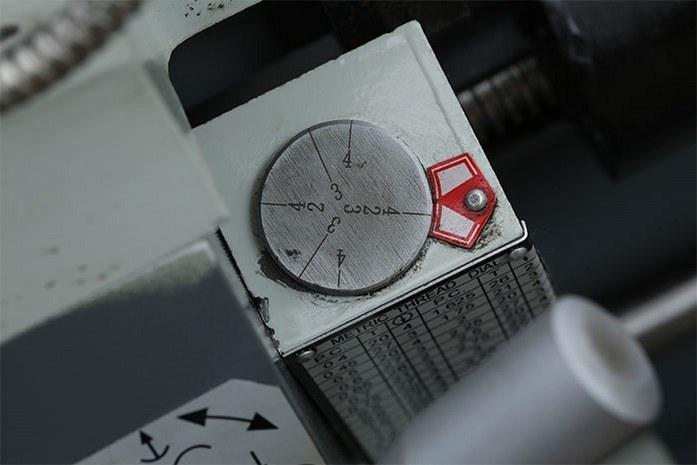 На токарном станке MLM 36100 (360x1000) резьбоуказатель значительно ускоряет и упрощает работу по нарезанию резьб.
