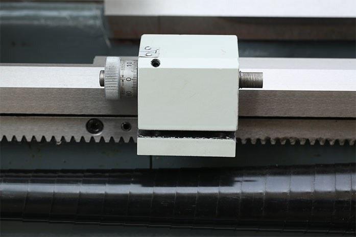 На токарном станке MLM 36100 (360x1000) установлен токарный упор с возможностью тонкой подстройки