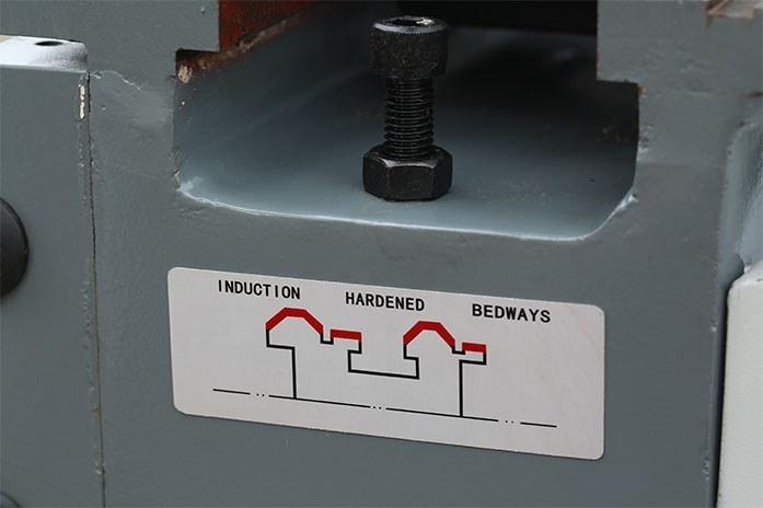 На токарном станке MLM 36100 (360x1000) станина из высококачественного серого чугуна закалена токами высокой частоты  для повышения износостойкости.