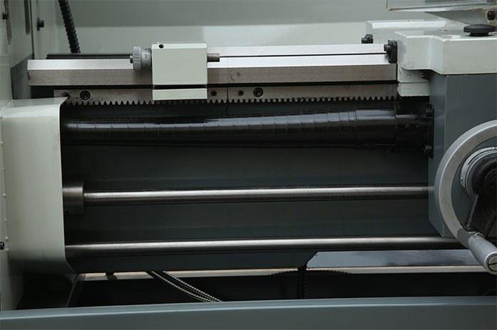 Ходовой винт токарного станка MLM 36100 (360x1000) снабжен защитой, что повышает ресурс разрезной гайки в каретке и упрощает уход за станком