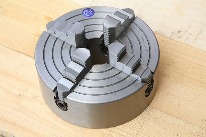 Четырехкулачковый патрон токарного станка MLM 36100 (360x1000) входит в базовый комплект поставки станка