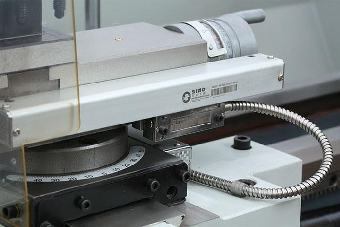 На токарном станке MLM 36100 (360x1000) подачи оснащены линейками УЦИ