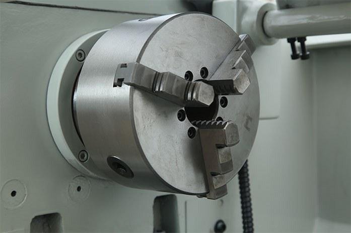 «В базе» токарного станка MLM 36100 (360x1000) установлен трехкулачковый патрон диаметром 160 мм