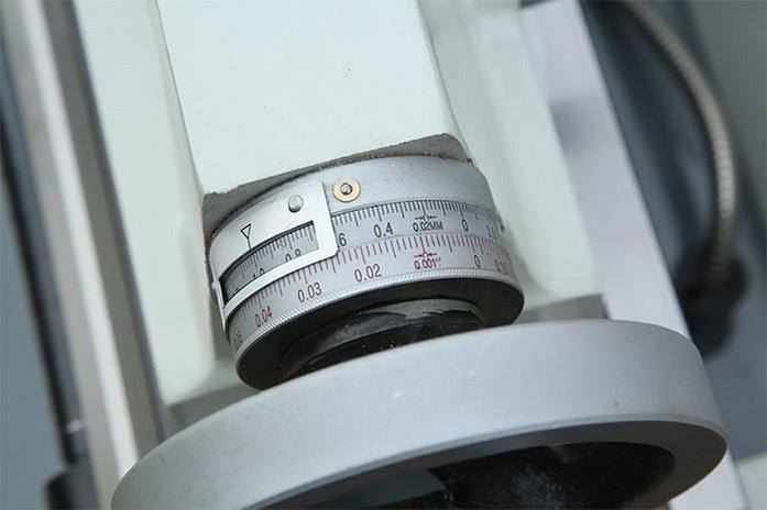 Удобные лимбы на токарном станке MLM 36100 (360x1000) с метрической и дюймовой шкалами.