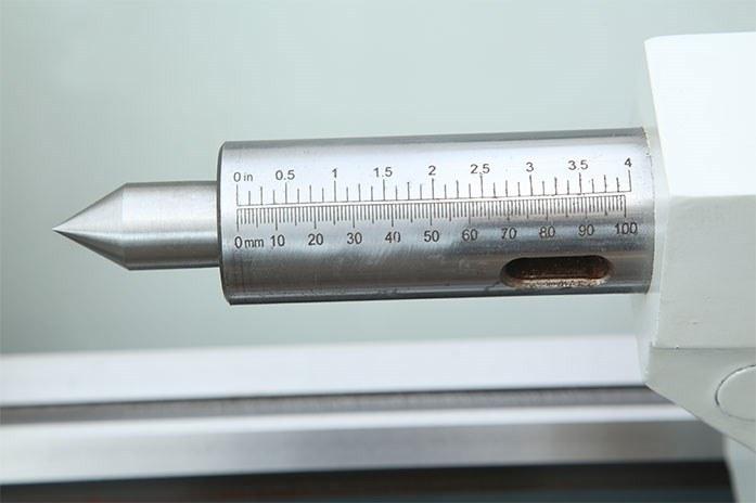 На токарном станке MLM 36100 (360x1000) ход пиноли задней бабки – 100 мм