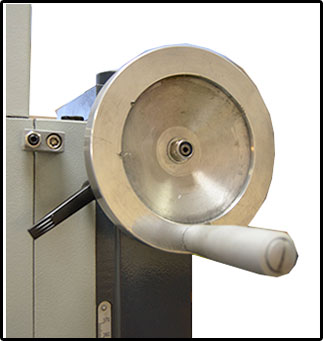 Вертикальный ход фрезерной головки составляет 370 мм. Перемещение осуществляется с помощью рукоятки, в нужном положении головка фиксируется винтовыми стопорами.