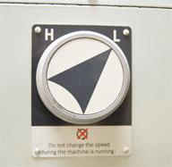 Диапазон вращения фрезерной головки составляет от 180 до 3200 об/мин и доступен в двух режимах коробки скоростей (низком и высоком).